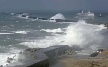 強風に見舞われ、白波が打ち寄せる新潟西港の防波堤=28日午後3時前