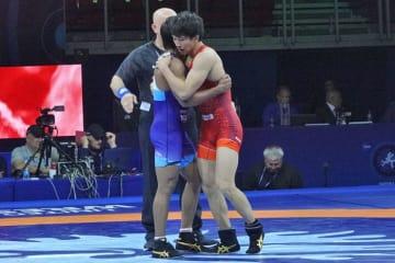 技を出し合って世界一を争った乙黒拓斗(山梨学院大)とバジラン(インド)は試合後、相手の健闘をたたえた