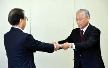糸山教育長(左)に報告書を手渡す市いじめ防止対策推進審議会の林孝会長