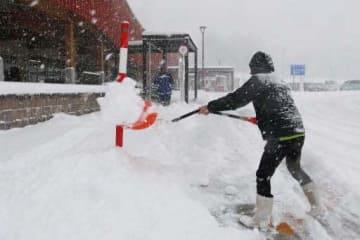 道の駅たかので雪かきに追われるスタッフ(庄原市高野町)