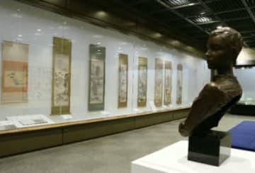 日頃は歴史資料を紹介する展示ケースに、豊後南画がずらりと並んでいる=宇佐市の県立歴史博物館
