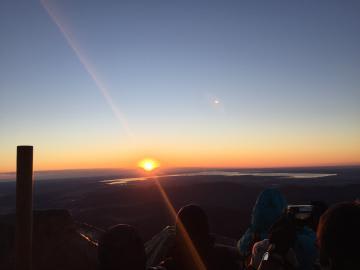 筑波山頂からの日の出=2018年1月2日、つくば市