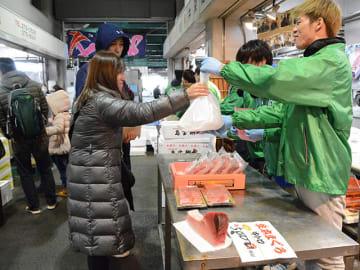 新鮮なマグロを買い求める人ら=岐阜市茜部新所、市中央卸売市場