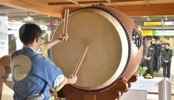 一年の打ち納めで力強く太鼓をたたく柳橋信行会長