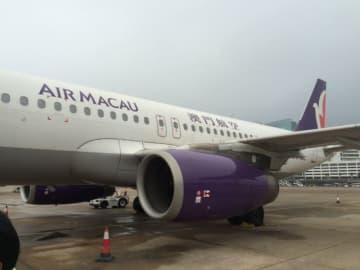 マカオ国際空港に駐機するマカオ航空機(資料)