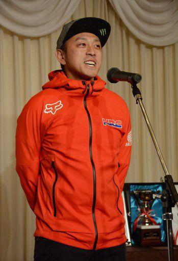「40歳になっても日本一を取る」とあいさつする成田選手=28日夜、五所川原市