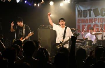 優勝したCrocusの(左から)岩泉将司さん、山口蓮苑さん、千葉樹生さん
