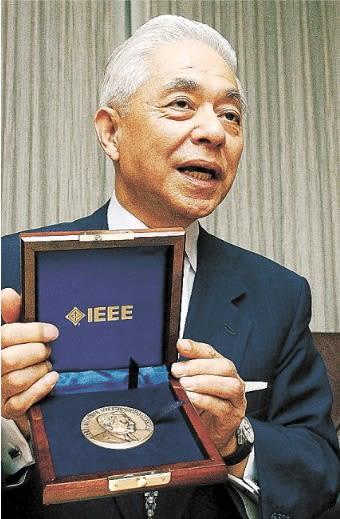 「ニシザワメダル」を手にする西澤さん=2004年