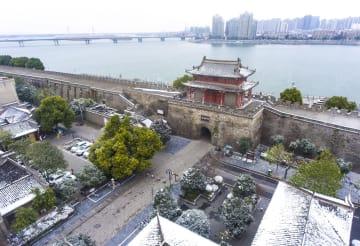 雪の中に輝く美しい古城 湖北省襄陽市