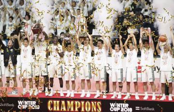 中部大第一を破って2年ぶり3度目の優勝を果たした福岡第一の選手たち=武蔵野の森総合スポーツプラザ