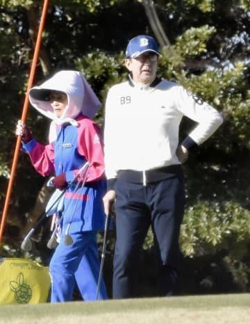 ゴルフを楽しむ安倍首相=29日午前、千葉県袖ケ浦市