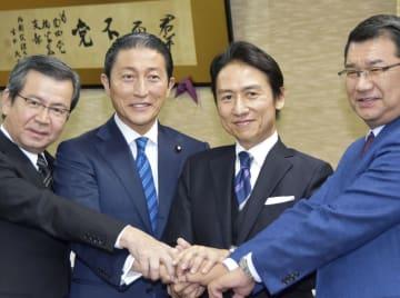 握手する武内和久氏(右から2人目)と大家敏志参院議員(同3人目)ら=29日午後、福岡市