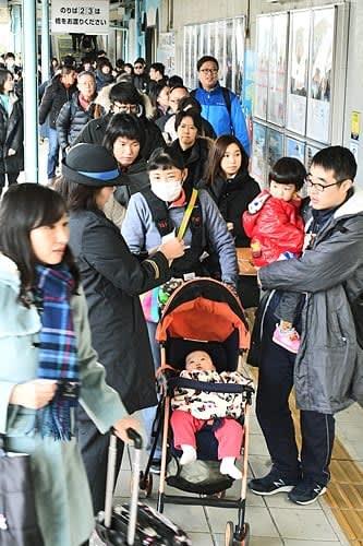 【JR白浜駅で大阪方面から到着した特急電車を降りた人たち(29日午前、和歌山県白浜町堅田で)】