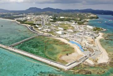 沖縄県名護市辺野古の沿岸部で進む、埋め立て土砂の投入作業