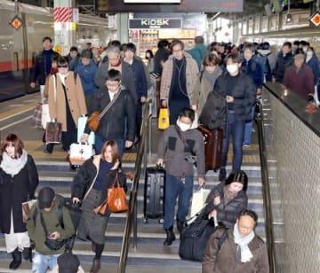 大きな荷物を抱えた帰省客らで混雑したJR新潟駅=29日、新潟市中央区