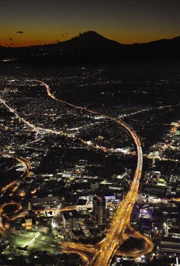 帰省ラッシュで渋滞する東名高速道路下り線(左)の神奈川・厚木IC付近。奥は富士山=29日午後5時27分(共同通信社ヘリから)