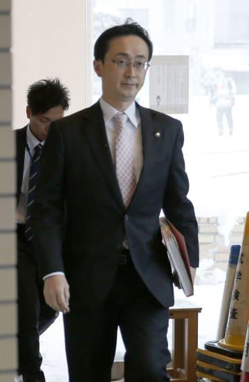 葛西りまさんの父剛さんとの面会に向かう青森市の小野寺晃彦市長=29日午後、青森市