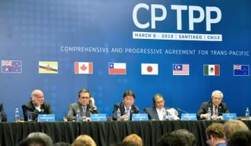3月、TPP署名式後の記者会見で、質問に答える茂木経済再生相(中央)=チリ・サンティアゴ(共同)