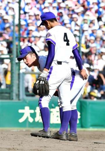 夏の甲子園決勝で大阪桐蔭打線に連打を浴び、疲れた表情を見せる吉田投手(奥)=8月、甲子園
