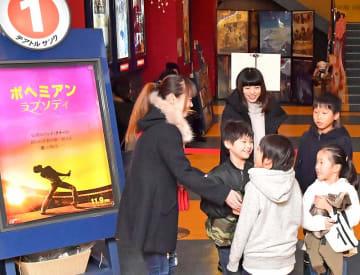 話題作が出そろい、親子連れらが訪れている映画館=12月29日、福井県福井市中央1丁目のテアトルサンク