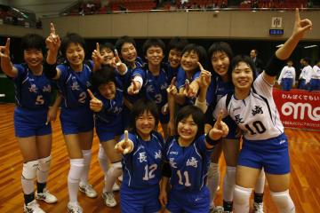 8年ぶり2度目の優勝を飾った本県女子=大阪府立体育会館
