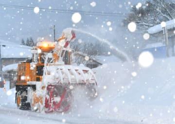 降り積もった雪を片付ける除雪車=29日、西和賀町沢内猿橋