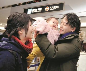 愛媛で新年を迎えるため松山空港に到着した帰省客=29日、松山市南吉田町