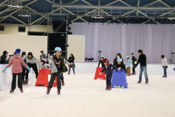 【スケートを楽しむ来場者=桑名市長島町浦安のナガシマスパーランドで】