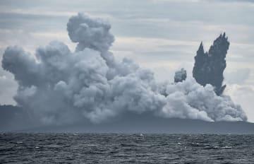 噴煙を上げる火山「アナック・クラカタウ山」=28日、インドネシアのスンダ海峡(ANTARA FOTO提供・ロイター=共同)