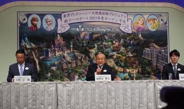 記者会見を開いてTDSの大規模拡張計画を発表したOLCの加賀見俊夫会長(中央)と上西京一郎社長(左)ら=6月14日、浦安市舞浜