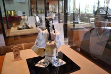 あでやかな着物姿で舞う人形「祝賀」などが並ぶ「関原京人形展」(八幡市八幡・石清水八幡宮清峯殿)