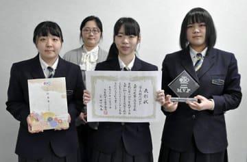 好成績を喜ぶ(前列左から)坂本さん、田中さん、齋藤さん。後列は近藤教諭