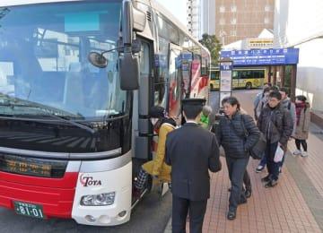 羽田空港行きの高速バスに乗り込む乗客たち=29日午前8時55分、JR宇都宮駅西口前