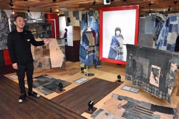 展示室で「BORO」の魅力を語る辰巳館長。写真家・都築響一さんの写真作品を交えた特別展を開催している