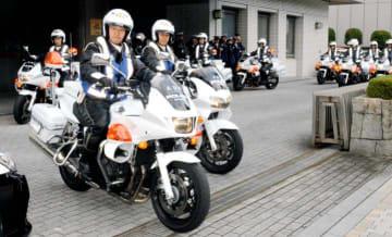 横断歩道付近での指導取り締まりに向かう警察官