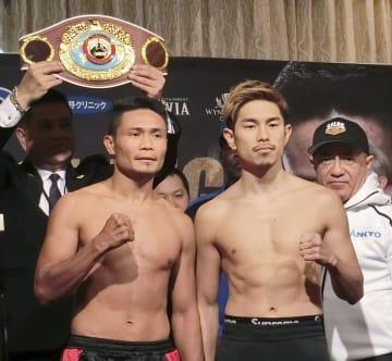 計量をパスしてポーズをとる井岡一翔(右)とドニー・ニエテス=マカオ(共同)