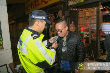 飲酒運転防止キャンペーンの一環でアルコール検知器を体験するレストラン客(写真:マカオ治安警察局)
