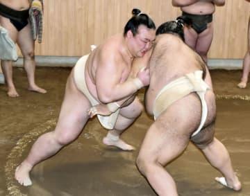 高安(右)と稽古する稀勢の里=東京都江戸川区の田子ノ浦部屋