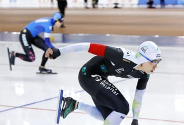 女子500メートルで1位の小平奈緒。奥は高木美帆=明治北海道十勝オーバル
