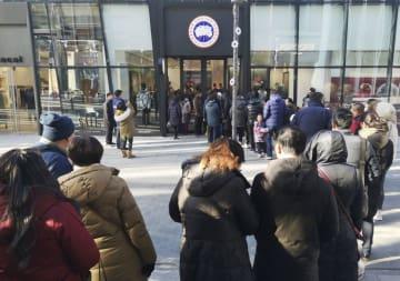 入店するために行列ができた「カナダグース」の北京店=30日(共同)