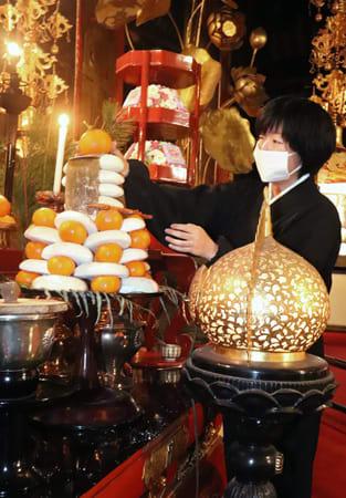 餅とミカンを積み上げた鏡餅が供えられ、迎春ムードの漂う本堂(大津市・石山寺)