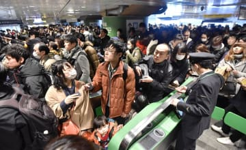 帰省ラッシュと新幹線の遅延が重なり、混雑するJR東京駅=30日午後