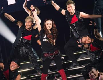 引退前夜のライブで、バックダンサーとパフォーマンスを披露する安室奈美恵さん(中央)=9月15日、宜野湾市・沖縄コンベンションセンター