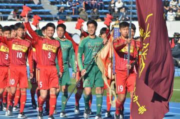 第97回全国高校サッカー選手権の開会式で入場行進する流通経大柏の選手たち=駒沢