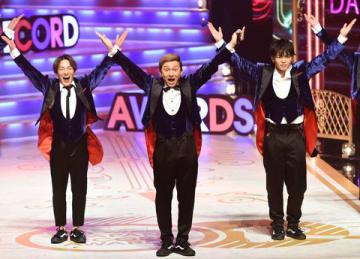「第60回 輝く!日本レコード大賞」で受賞曲「U.S.A.」を歌唱中に「Y.M.C.A.」のポーズを披露する「DA PUMP」