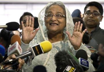 ダッカで投票後、記者団に話すバングラデシュのハシナ首相=30日(AP=共同)