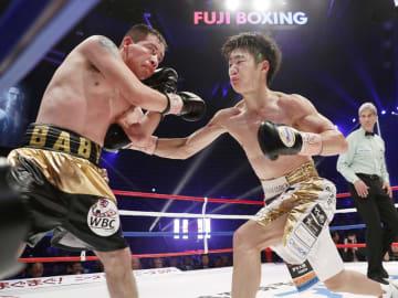 6回、サウル・フアレス(左)を攻める拳四朗=大田区総合体育館