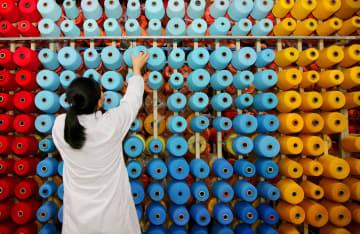 繊維工場で働く従業員=中国・江蘇省、2017年(ロイター=共同)