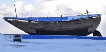 青い屋根を取り付け、来年の一般公開を待つ「みちのく丸」=29日、野辺地漁港