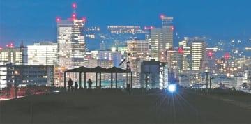 仙台市若林区荒浜から中心部の高層ビルを望む。手前は震災後に整備された津波からの「避難の丘」